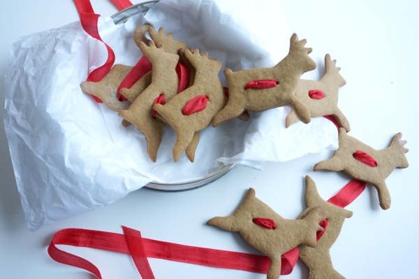 gingerbread cookie garland in tin