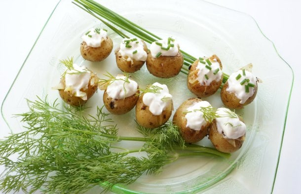 Mini baked potatoes with sour cream and herbs recipe - Got a partial tub of sour cream to use up, and no idea what to do with it? These 3 easy recipes will create less food waste and wow unexpected drop-in guests (or even just your family). | YMCFood | YummyMummyClub.ca