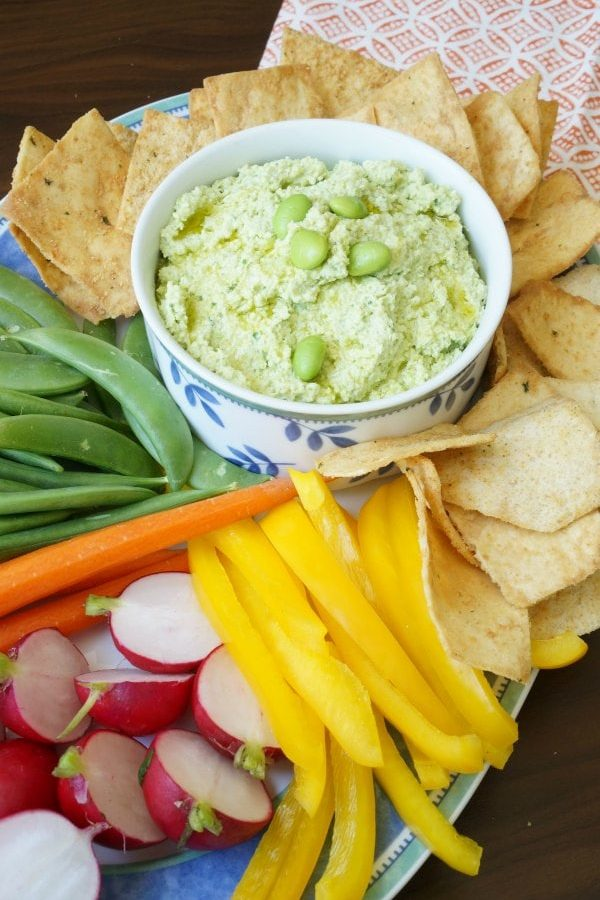 Simple Edamame Hummus Recipe - Totally kid approved simple recipe that works as a dip for vegetable or a spread on crackers and sandwiches. A delicious twist on a basic hummus recipe. | Family Friendly Recipes | Edamame Recipe | Snack Recipes |