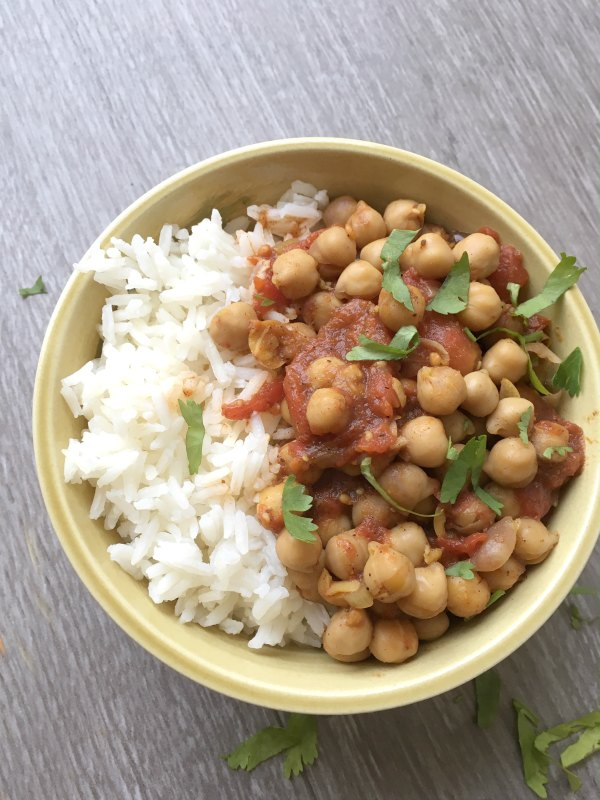 Simple Chickpea Curry - Love this simple, quick and healthy recipe for chickpea curry. Kids and adults will love this one for dinner or in the lunch box. | Vegetarian Family Friendly Recipe | Curry Recipe |