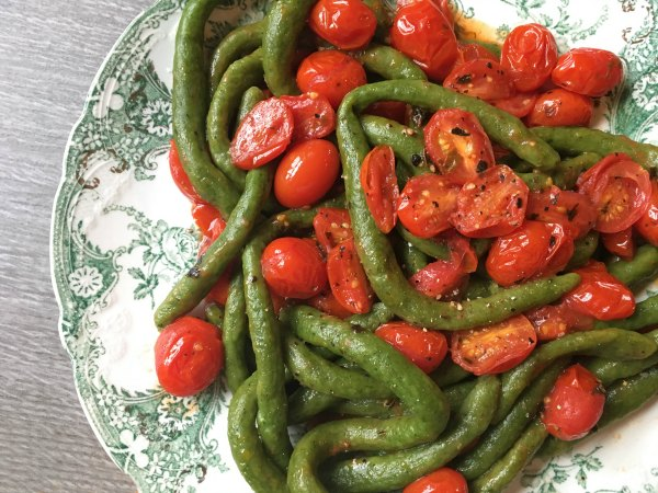 spinach pici pasta with cherry tomatoes