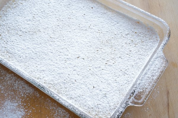 lemon bars with dusting of icing sugar