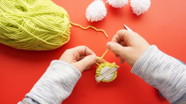 pom pom maker wrap with string
