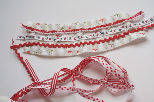 ribbons pinned to the christmas coffee cup fabric